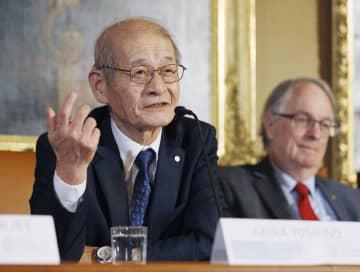 ノーベル化学賞の授賞式を前に、公式記者会見で質問に答える吉野彰・旭化成名誉フェロー。右は共同受賞者のマイケル・スタンリー・ウィッティンガム氏=7日、ストックホルム(共同)