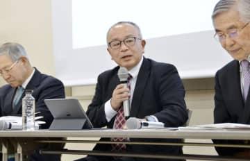 NPO法人「情報公開クリアリングハウス」の設立20周年を記念するシンポジウムで発言する奥津茂樹理事(中央)=7日午後、東京都内