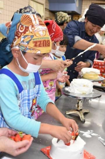 「お菓子の南香」の招待を受けケーキ作りを楽しむ都北学園の園児