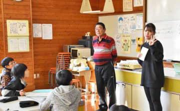 「びんちゃんコロッケ」について話した、河野美里さん(右)と原田英夫さん