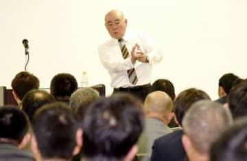 PL学園での指導者生活などを振り返る中村順司氏=岡山市
