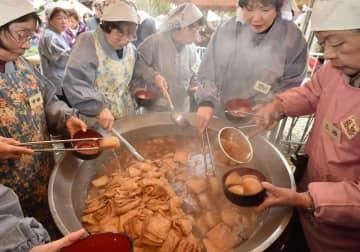 湯気が上がる大鍋で炊き上げられる大根(7日午前10時6分、京都市上京区・千本釈迦堂)