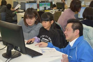 パソコンを操作してプログラミングを体験した親子連れら=7日午前、宮崎市・宮崎情報ビジネス医療専門学校