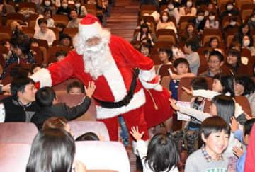 「サンタさん」の登場で盛り上がったクリスマスこども大会=7日午後、都城市総合文化ホール