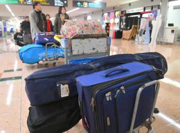 ゴルフ客でにぎわう宮崎―ソウル線。宮崎ブーゲンビリア空港の国際線出発ロビーは多くの搭乗客でにぎわっていたが撮影を拒否する韓国人が多かった=7日午前、宮崎市