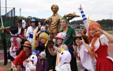サンジ像除幕式にファン集合 益城町民がおもてなし