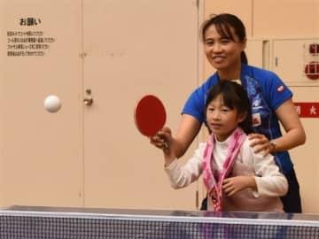 卓球メダリストが技直々に 平野さん、中学生らに指導