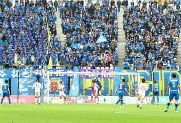 【大分―C大阪】後半、大勢のサポーターが見守る中、相手ゴールに迫る大分の選手たち=7日午後、昭和電工ドーム大分