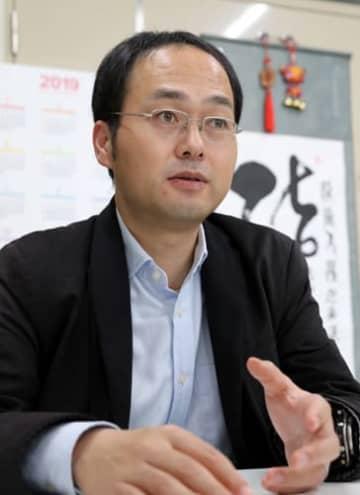 2世が抱える課題などについて語る南准教授=長崎市文教町、長崎大