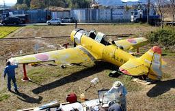 掩体壕に置かれた練習機「SNJー5」。黄色い機体が目を引く=加西市鶉野町