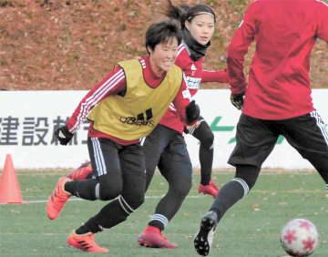 ミニゲームでボールを全力で奪いにいく有町(左)。隣は武田