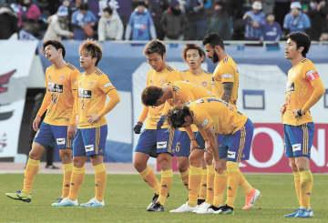 広島-仙台 最終戦を勝利で飾れず肩を落とす仙台の選手(佐藤将史撮影)