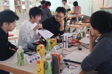 AI活用のアイデアを出し合う参加者=長崎市出島町、CO-DEJIMA