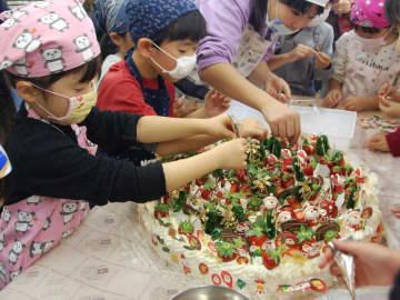 【協力し合ってケーキ作りに挑戦する児童ら=鈴鹿市神戸1丁目の男女共同参画センタージェフリーすずかで】