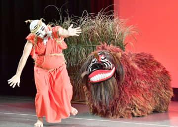コミカルな踊りと勇敢な獅子の舞を披露した字兼久の獅子舞い=7日、タイムスホール