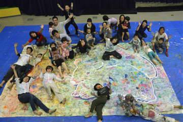 完成した絵と一緒に「できたー!」と笑顔を見せる参加者。左下が杜野さん