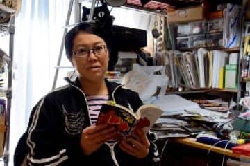 自宅兼仕事場でインタビューに応じる金田淳子さん(2019年11月/弁護士ドットコム撮影)