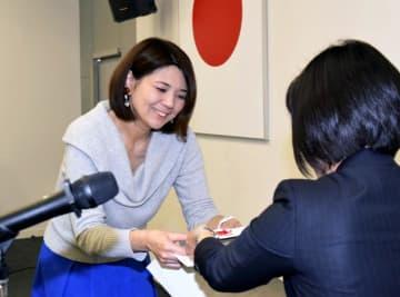 ヤング・クリエーター大賞で金賞の表彰を受ける斎藤由希子さん(左)=7日午前、松山市大手町1丁目