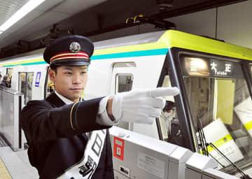 出発の合図を出す中川選手=7日、大阪メトロ長堀鶴見緑地線・京橋駅