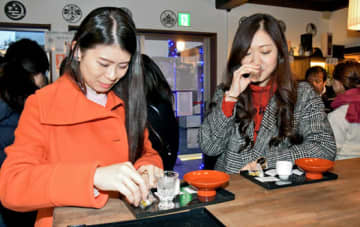 違った酒器で日本酒を楽しむ参加者