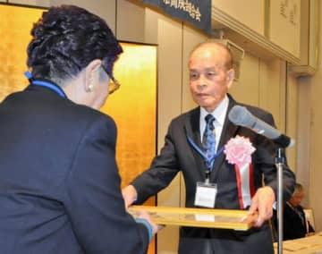新井田会長から感謝状を受ける斎藤さん(右)