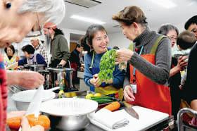 留学生の妻を先生にベトナム料理作りを楽しむ港立市民大の学生たち