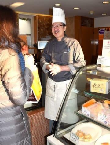 常連客からねぎらいの言葉をかけられ、笑顔を見せる杉原治仁さん