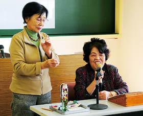 消費者協会の活動を紹介する山本孝子さん(右)