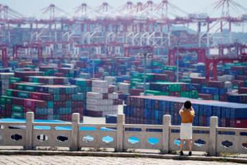 中国・上海の港に並ぶコンテナ(ロイター=共同)