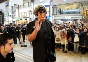 トークイベントに登場した秋山竜次さんふんするファッションデザイナー「YOKO」=熊本市中央区