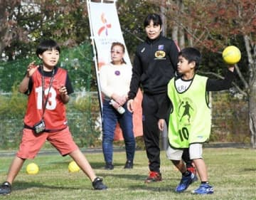 ミニゲームで声掛けをする日本代表の勝連智恵選手(右から2人目)=7日、熊本市中央区