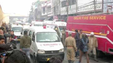 8日、インド・ニューデリーで起きた火災現場に駆け付けた救急車と消防車(ANI提供、ロイター=共同)