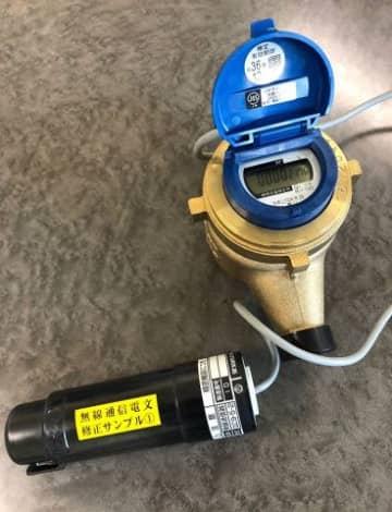 札幌市水道局が2020年度からの本格導入を計画している無線の水道メーター。右上が水量計測器、左下が発信器となる
