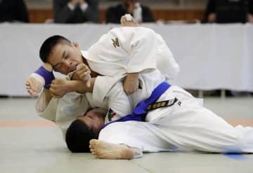 男子66キロ級で藤本聡(下)に勝利した瀬戸勇次郎=講道館