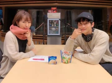 (左から)坂本美雨、小関裕太さん