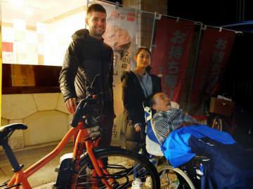 難病ALS支援でベルギーから自転車で旅するイグナス・ファンデブルクさん(左)=京都市下京区