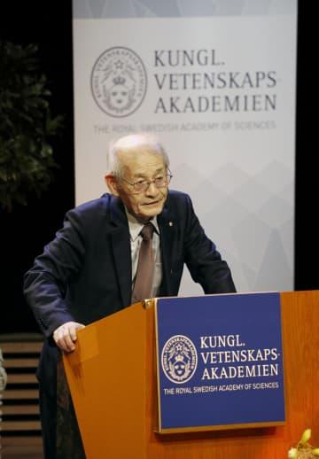 ストックホルム大で受賞記念講演をする吉野彰・旭化成名誉フェロー=8日、ストックホルム(共同)