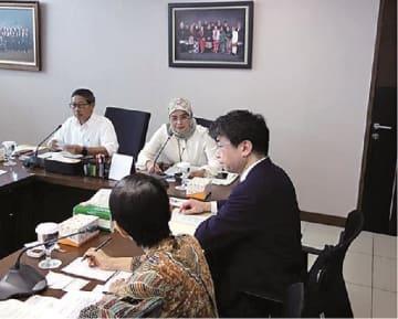 国交省の美濃審議官(手前右)、インドネシア公共事業・国民住宅省のシャリフ建設開発総局長(奥左)らが会談=5日、インドネシア・ジャカルタで