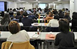 教員免許の更新に必要な講習を受ける教員ら=神戸市中央区磯辺通2、三宮コンベンションセンター