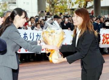 岡山県庁で多くの県民から歓迎を受け、笑顔で花束を受け取る渋野選手