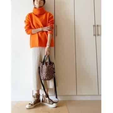 オレンジ色のニットで気分まで明るく! 重めな冬コーデに効かせる、ビタミンカラーの着こなし7選♪