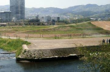 堤防(右端)から徐々に高さが下がる霞堤。増水時はこの部分から遊水地に水を流す=京都府亀岡市篠町、府南丹土木事務所提供