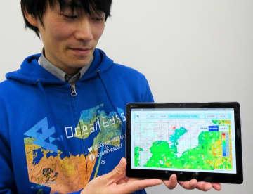 タブレット端末に表示された「漁業ナビ」の画面。海域の水温が色で分けて表示されている(東京都千代田区)
