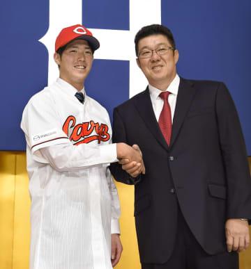 広島の新人入団記者会見で、佐々岡新監督(右)と握手する森下暢仁投手=9日、広島市
