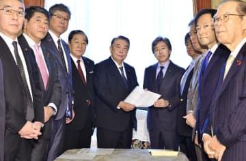 大島衆院議長(中央左)に臨時国会の会期延長を申し入れる野党各党の代表者ら=9日午前、国会