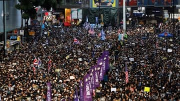 香港で大々的な抗議デモ、80万人と主催者