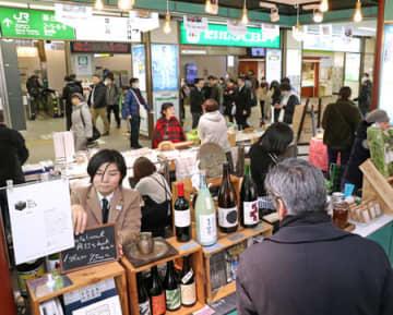 地酒や本県の食材などが並んだ駅マルシェ=7日、新潟市中央区