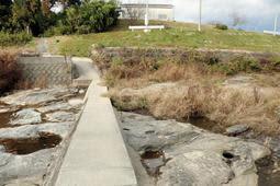 年代の特定につながる凝灰岩が見つかった潜水橋付近=三木市与呂木