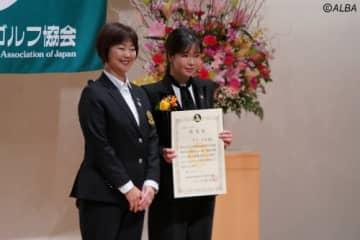 小林浩美会長(左)から認定証を受け取り笑顔のアン・シネ(撮影:ALBA)