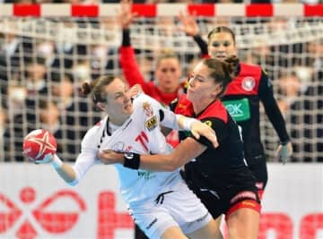 【ドイツ-セルビア】前半、激しい攻防を繰り広げる両チームの選手たち=アクアドームくまもと(小野宏明)